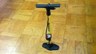 空気圧を管理して自転車に空気を入れる。